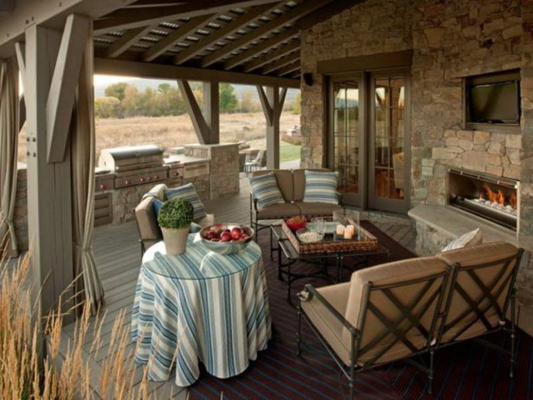 Летняя кухня с террасой – идеальное место для приготовления обеда в жаркое время, для вечерних посиделок в кругу семьи и для осенней заготовочной страды